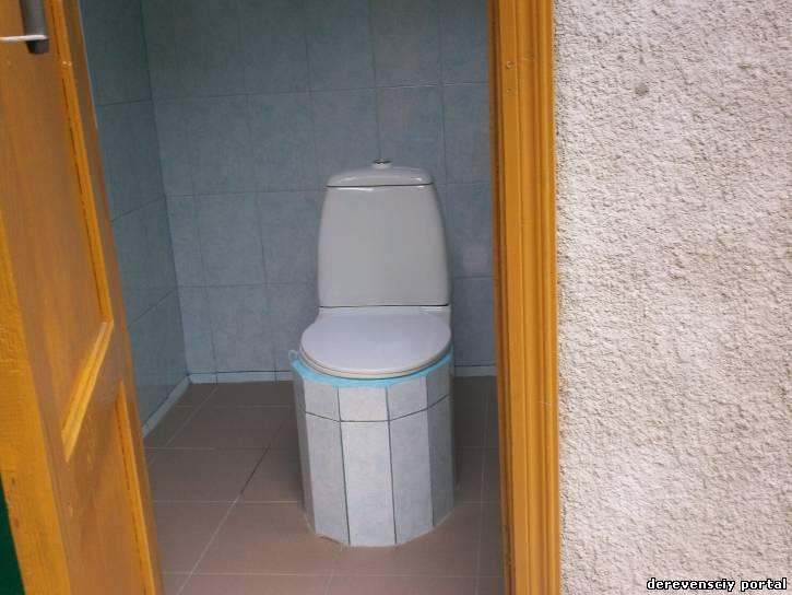 Туалет во дворе дома